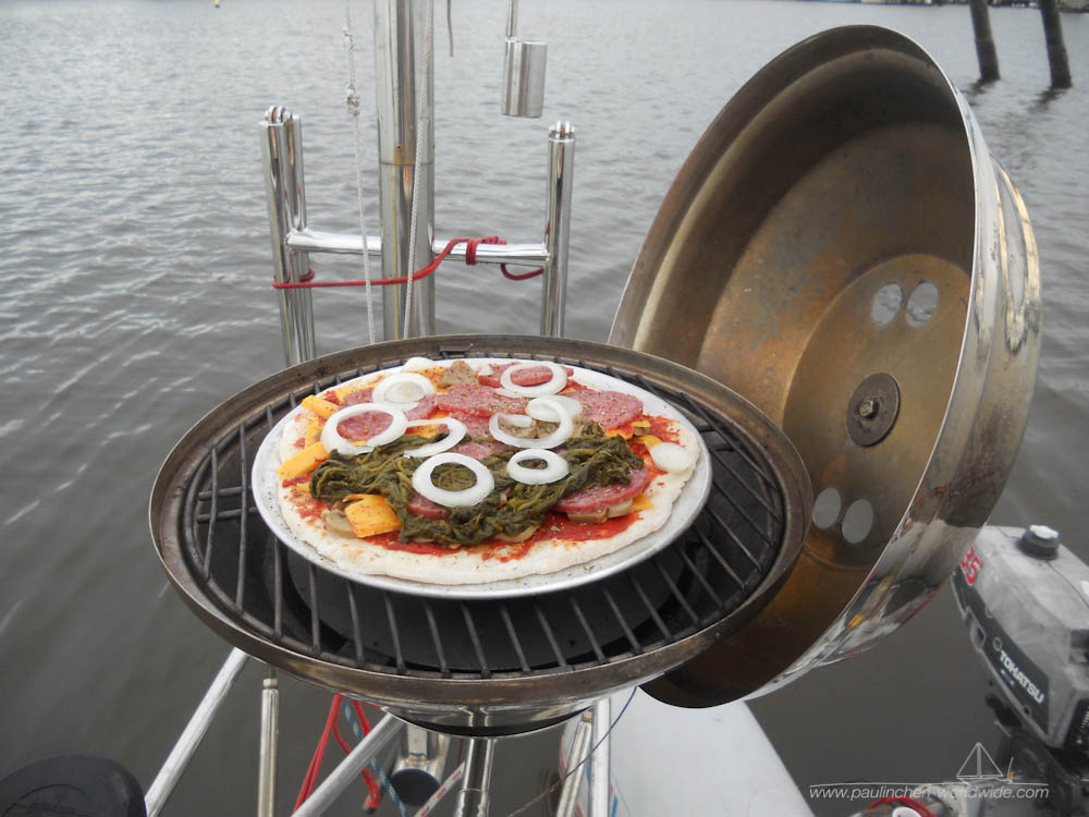 Pizzabacken mit einem Magma Bordgrill in Fort Myers Beach